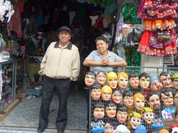 Titos Eltern vor ihrem Geschäft.