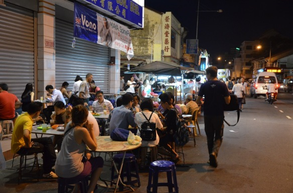 Am Abend essen alle an den Straßenständen.