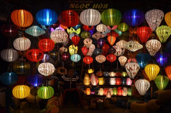 Die Lampionas leuchten in allen Farben.