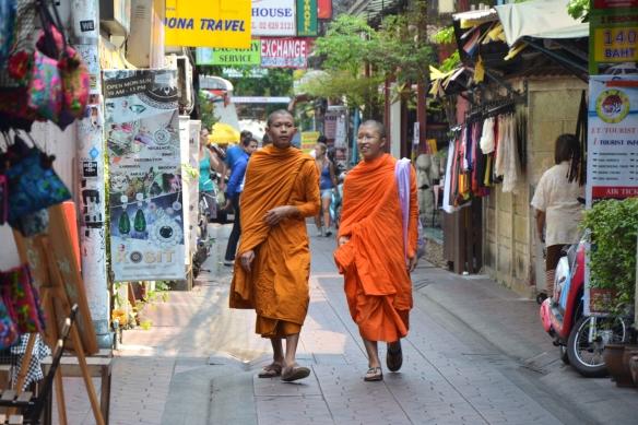 auch in Bangkok sind wieder viele Mönche unterwegs