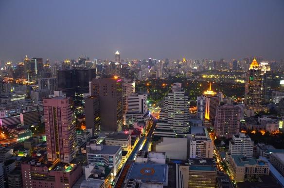 Zum Abschied haben wir über den Dächern Bangkoks noch einen Cocktail getrunken.